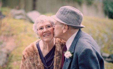 Koronavirusla birgə mübarizə aparan 88 yaşlı cütlük pandemiyaya qalib gəldi